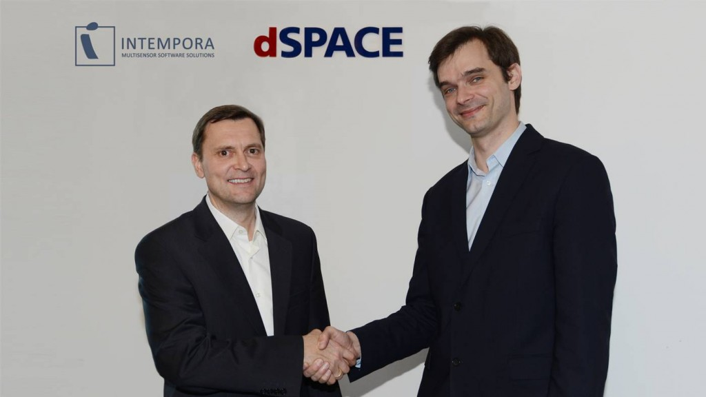 André Rolfsmeier (left), Lead Product Manager for Advanced Applications and Technologies at dSPACE, shaking hands with Nicolas du Lac, Managing Director of Intempora. (Photo: dSPACE GmbH)